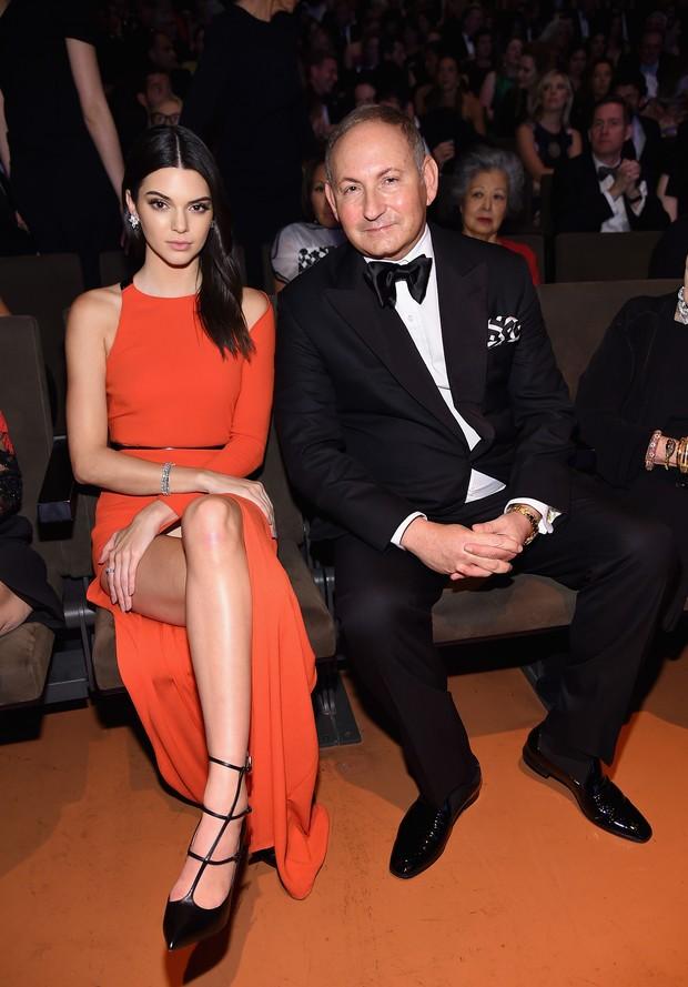 Kendall Jenner e John Demsey em evento em Nova York, nos Estados Unidos (Foto: Michael Loccisano/ Getty Images/ AFP)
