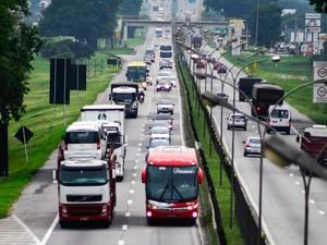 Movimento de veículos no km 161 da Dutra, altura de São José dos Campos, no Vale do Paraíba, na manhã deste domingo (4) (Foto: Nilton Cardin/Estadão Conteúdo)