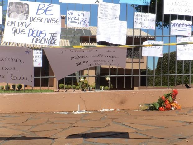 Cartazes foram deixados onde menino Bernardo morava em Três Passos (Foto: Caetanno Freitas/G1)
