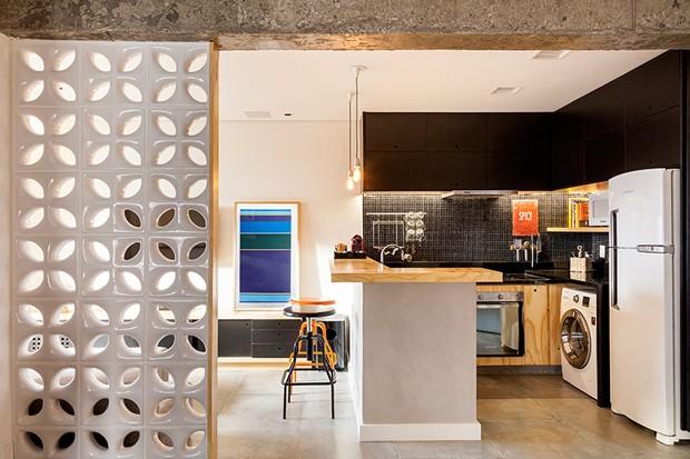 Uma parede pequena de cobogós, modelo Sphere da Elemento – à venda na Texthura Y Cor, separa o quarto do living sem obstruir a vista (Foto: Julia Ribeiro/Divulgação)