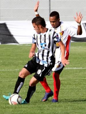 Birungueta (do Treze) recebe forte marcação do Paraíba (Foto: Magnus Menezes / Jornal da Paraíba)