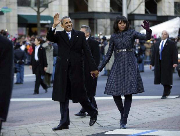 O presidente dos EUA, Barack Obama, e a primeira-dama, Michelle, caminham na Pennsylvania Avenue nesta segunda-feira (21) (Foto: AP)