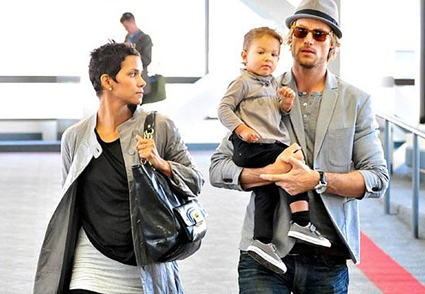 Halle Berry e o ex, Gabriel Aubry, com a filha (Foto: Brainpix)