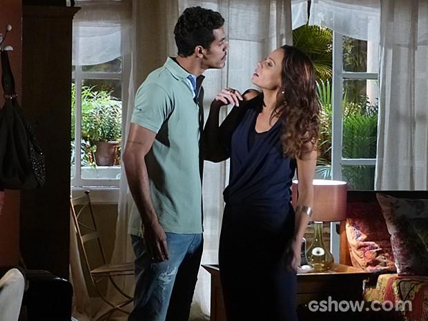 No quarto, Jairo se impõe e diz para Juliana que não aceita humilhação (Foto: Em Família/TV Globo)