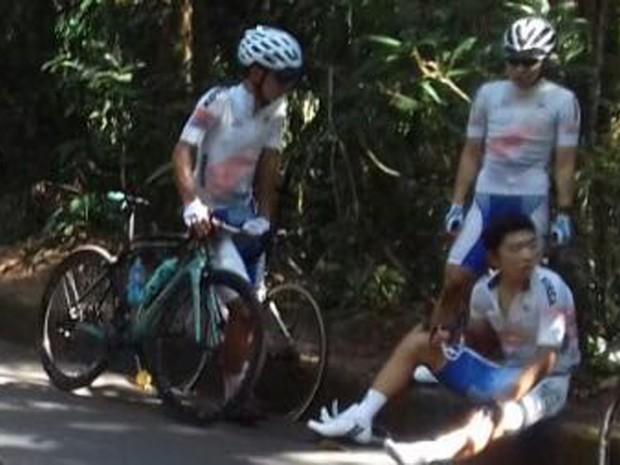 Atleta da Coreia sofreu ferimentos leves após ser atingido por carro na subida da Vista Chinesa (Foto: Polícia Rodoviária Federal/Divulgação)