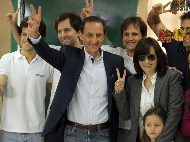 O candidato do PMDB ao governo de São Paulo, Paulo Skaf, vota na Escola Britânica de São Paulo no Jardim Paulistano, em São Paulo (Foto: Amauri Nehn/Brazil Photo Press/Estadão Conteúdo)