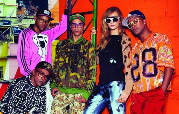 Cara Delevingne faz pose ao lado dos integrantes do grupo de funk Os Leleks na favela Santa Marta, no Rio, para a Vogue de fevereiro de 2014 em foto de Jacques Dequeker (Foto: Arquivo Vogue)