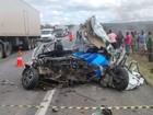 Ultrapassagem indevida mata jovem e destrói carro em colisão com carreta