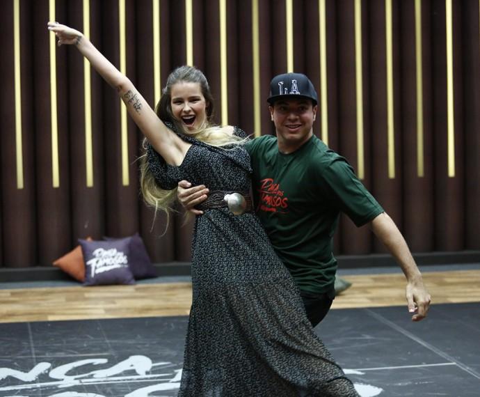 Yasmin se joga nos passos com o professor Leandro Azevedo (Foto: Raphael Dias/Gshow)