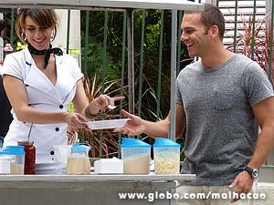 Luciana convence Fábio a provar o angu (Foto: Malhação / TV Globo)