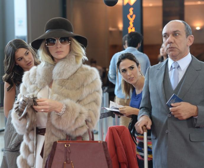 Frank Menezes vive o mordomo de Soraya, personagem de Letícia Spiller, em 'I love Paraisópolis' (Foto: Zé Paulo Cardeal/ TV Globo)