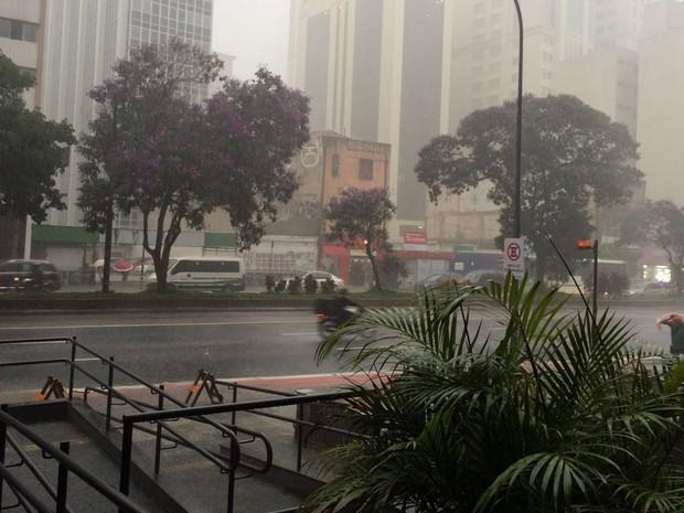 Chove na Rua da Consolação, na região central de SP (Foto: Isabela Leite/G1)