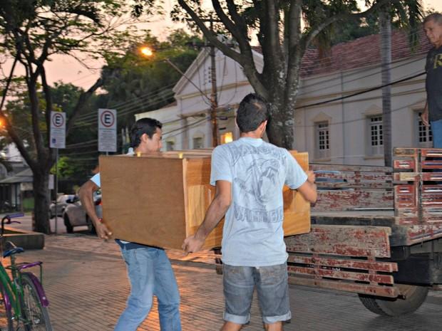 Famílias chegaram a carregar caçambas com móveis, mas não tinham para onde ir e decidiram permanecer na praça do Palácio Rio Branco  (Foto: Quésia Melo/G1)