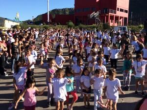 Escola mirim ensina crianças argentinas a sambar  (Foto: Divulgação / Amebras)