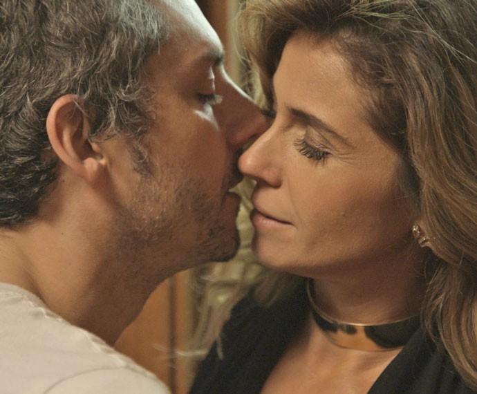 Química forte! Romero e Atena se beijam no primeiro encontro (Foto: TV Globo)