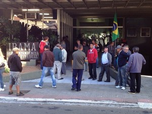 Pescadores ficaram mobilizados em frente ao prédio do Ibama, na Avenida Mauro Ramos (Foto: Naim Campos/RBS TV)