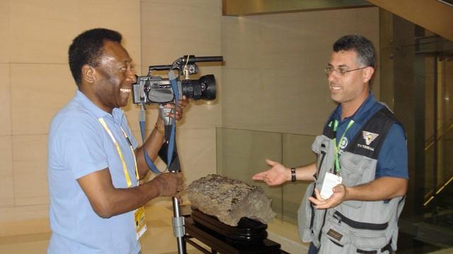 O repórter cinematográfico Yoda invertendo os papéis com o Rei Pelé. (Foto: Arquivo Pessoal)