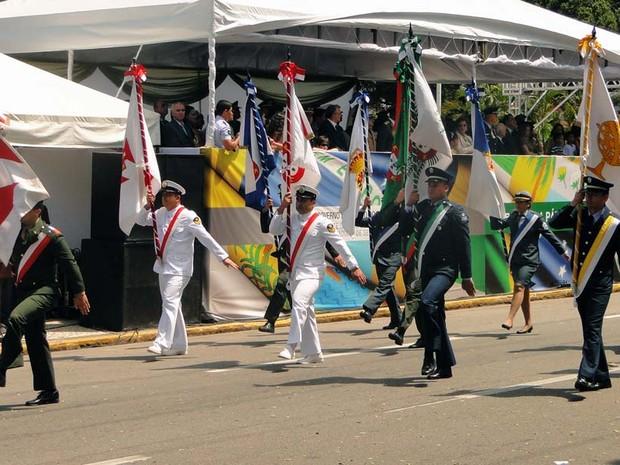 Militares abrem desfile cívico em Natal com bandeiras oficiais do Brasil (Foto: Ricardo Araújo/G1)