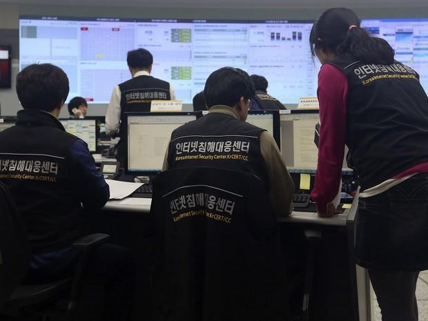 Funcionários da Korea Internet Security Center trabalham após ciberataque derrubar sistemas de bancos e TVs na Coreia do Sul (Foto: AP Photo/Yonhap, Han Jong-chan)