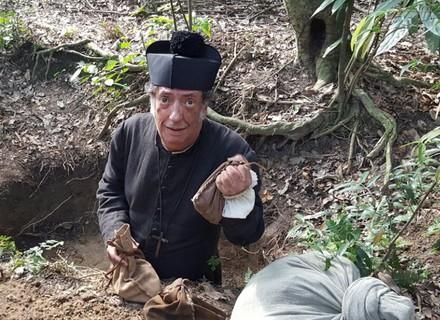 Padre Vizeu tenta fugir com ouro dos rebeldes, mas plano dá errado