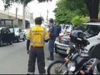 Motociclistas são multados em blitz por não usarem viseira abaixada