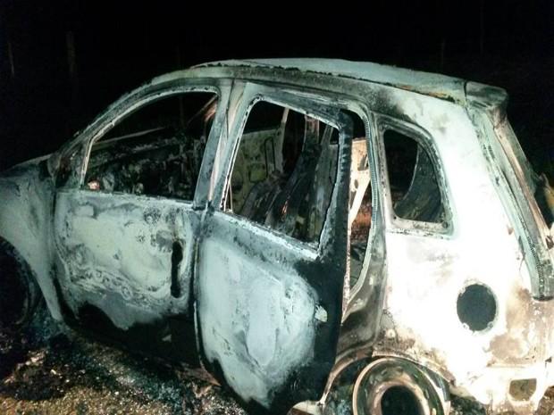 Carro foi encontrado em chamas (Foto: TEM Você/ João Gomes Neto)