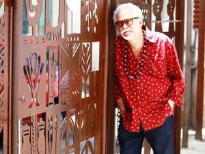 José Carlos Capinan junto à obra do artista J. Cunha, que delimita a área externa do Muncab (Foto: Andrea Fiamenghi/Divulgação)