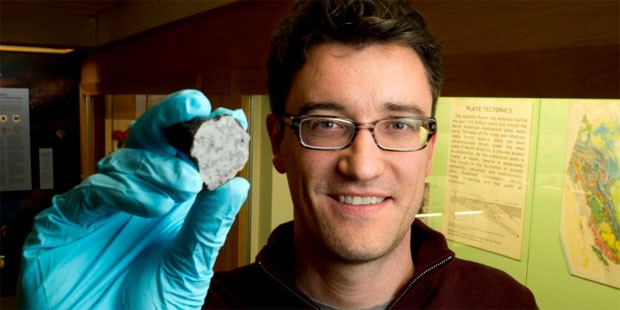 Chris Herd, da Universidade de Alberta, segura pedaço do Tissint. (Foto: Universidade de Alberta/Divulgação)