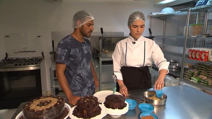 Nutricionista Raquel de Medeiros prepara bolo de cacau sem glúten (Foto: TV Bahia)