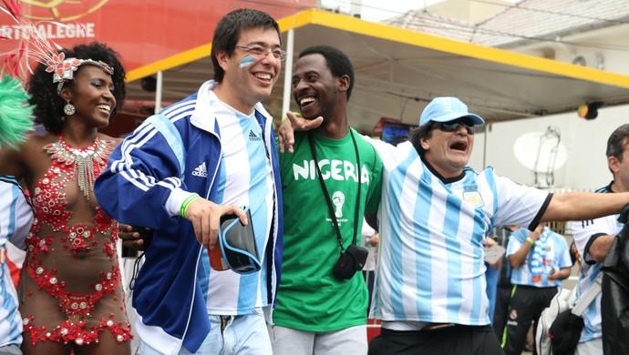 Após vitória, argentinos caem no samba (Foto: Diego Guichard/GloboEsporte.com)