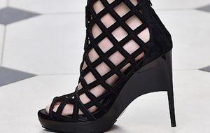 Salto alto volta às passarelas do London Fashion Week em formatos geométricos e mais confortáveis