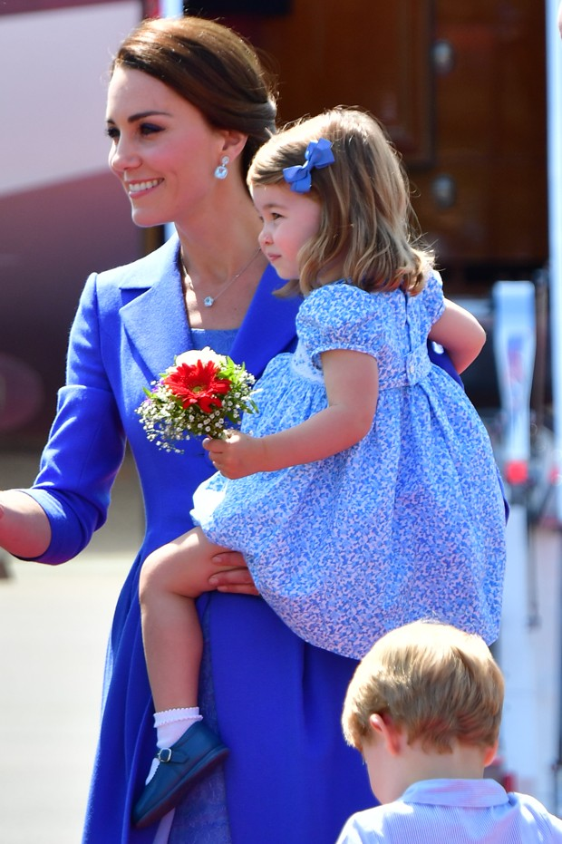 BERLIN, GERMANY - JULY 19:   Catherine, Duchess of Cambridge and Princess Charlotte of Cambridge arrive at Berlin Tegel Airport during an official visit to Poland and Germany on July 19, 2017 in Berlin, Germany.  (Photo by Robin Utrecht - Pool/Getty Image (Foto: Getty Images)