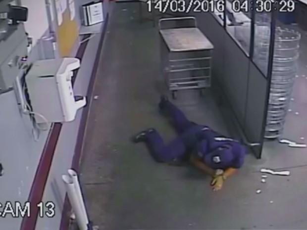 Imagens mostram segurança no chão enquanto assalto acontecia na empresa Protege  (Foto: Reprodução/EPTV)