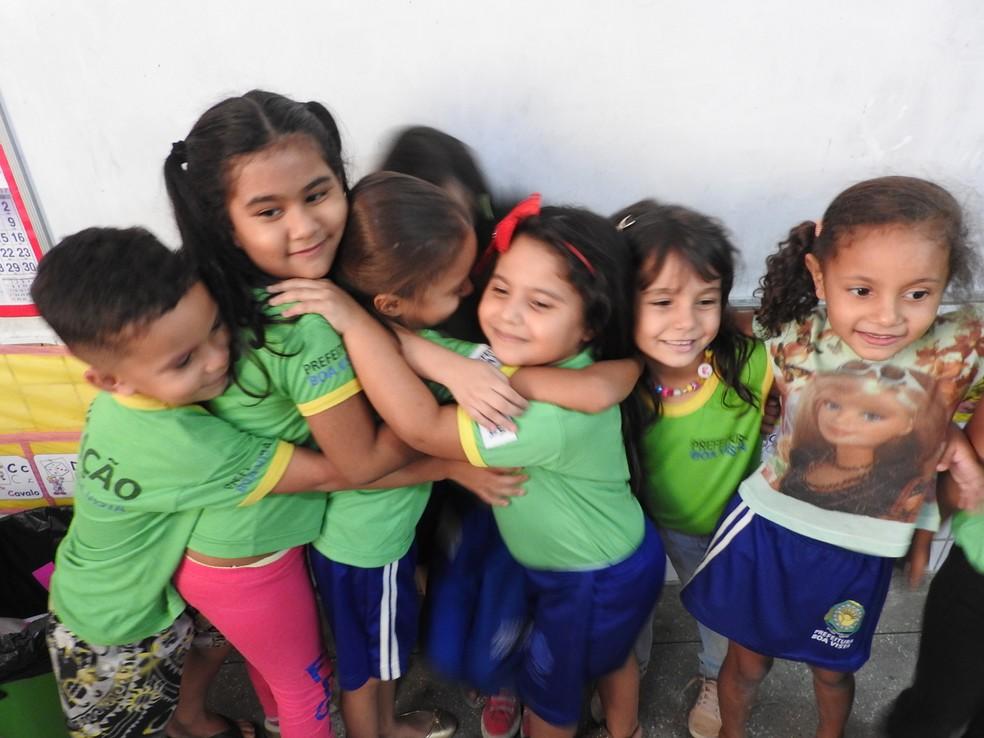 Pais brasileiros afirmam que interação com crianças venezuelanas enriquece o ensino (Foto: Valéria Oliveira/G1 RR)