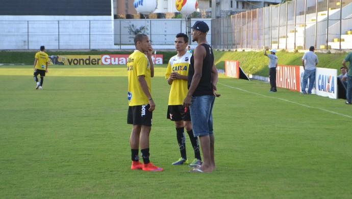 Leandro Amaro conversa com jogadores ABC (Foto: Jocaff Souza/GloboEsporte.com)