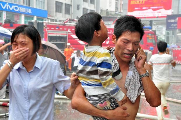 Criança é retirada após incêndio em creche em Ningde, na China, nesta quarta-feira (16) (Foto: China Daily/Reuters)