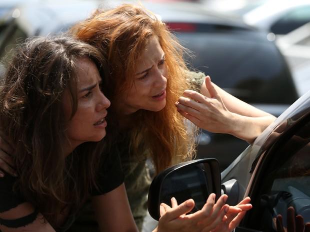 Mãe e filha pedem dinheiro no sinal (Foto: Pedro Curi/Gshow)