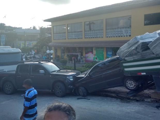 Acidente ocorreu por volta das 15h, no Centro do município (Foto: Vinicius Mariano / WhatsApp)