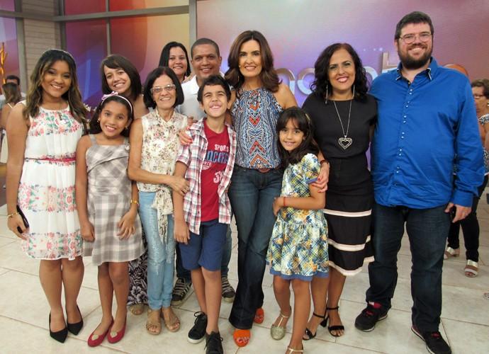 Convidados do programa tiram foto com a Fátima nos bastidores (Foto: Carolina Morgado/Gshow)