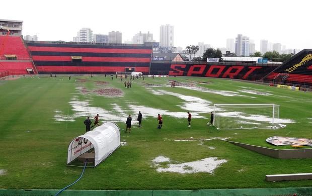 Ilha do Retiro alagada por causa das chuvas (Foto: Elton de Castro/GLOBOESPORTE.COM)