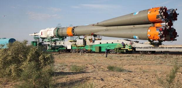 Foguete Soyuz antes de ser preparado para o lançamento desta quarta-feira (28) (Foto: Kirill Kudryavtsev/AFP)
