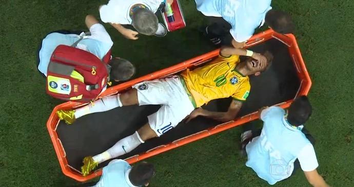 Neymar saiu de campo na maca, chorando bastante, após pancada nas costas