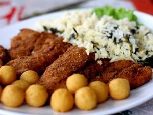 Entre os pratos servidos nos restaurantes está a pescada amarela à milanesa, com arroz de jambu (Foto: Ingrid Bico/G1)