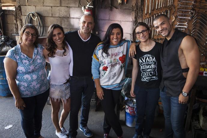 Regina Casé posa para clique com família de São Paulo (Foto: João Januário/Globo)