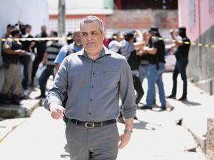 Secretário de Defesa Social, Alfredo Gaspar de Mendonça, esteve no local do crime (Foto: Jonathan Lins/G1)