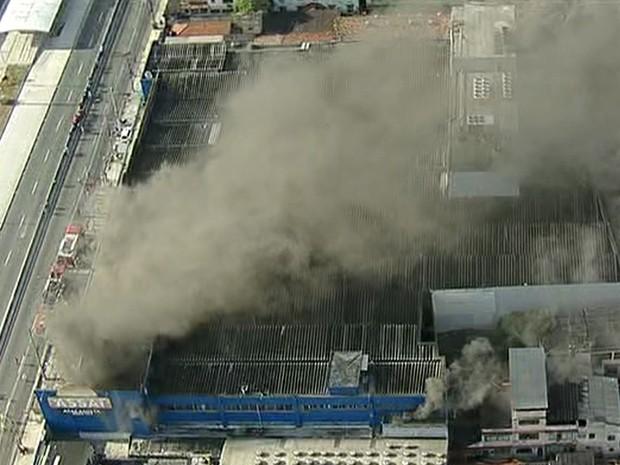Bombeiros do quartel de Campinho foram para o local (Foto: Reprodução/TV Globo)