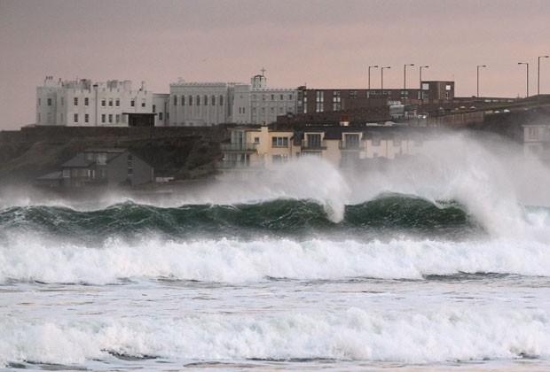 Ondas fortes batem na costa da Irlanda nesta terça-feira (24) (Foto: Peter Muhly/AFP)