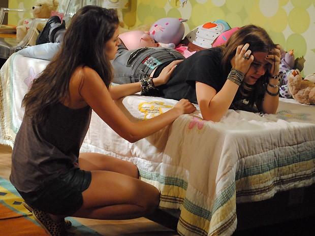 Ju tenta consolar a amiga, mas Lia fica aos prantos (Foto: Malhação / TV Globo)