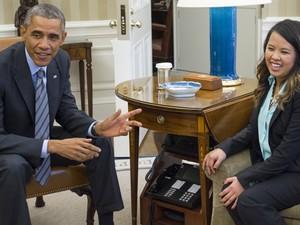 Obama conversa com enfermeira Nina Pham, no Salão Oval da Casa Branca nesta sexta (Foto:  AFP Photo/Saul Loeb)