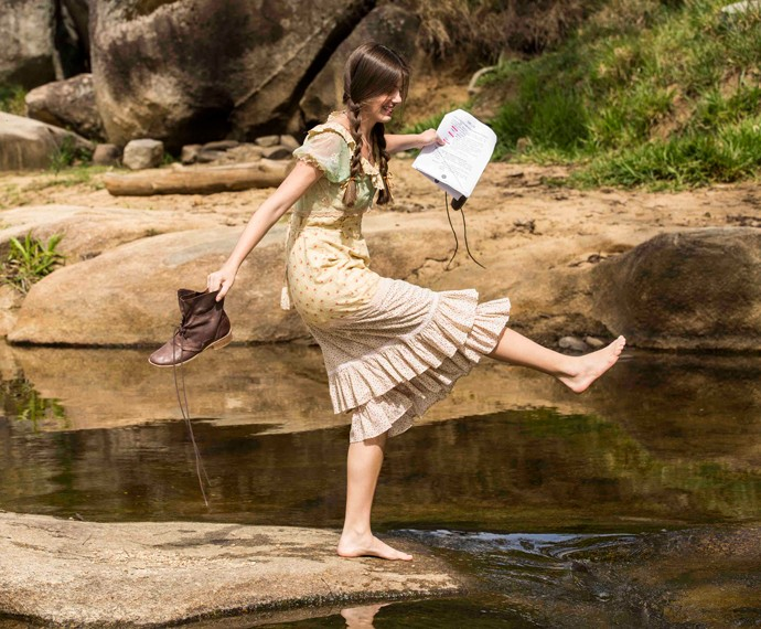 Camila Queroz brinca à beira de cachoeira no intervalo das gravações (Foto: Inácio Moraes/Gshow)